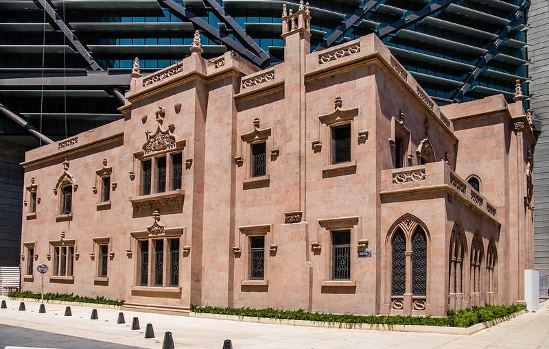 Историческая здания у подножия нового небоскреба