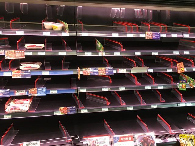 颱風天被掃購一空的肉品貨架