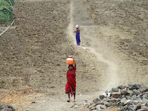 लातूर जिले के गाँव की महिलाएँ पानी लाने के लिये दिन में कम से कम दो बार दो किलोमीटर से ज्यादा दूरी तय करती है