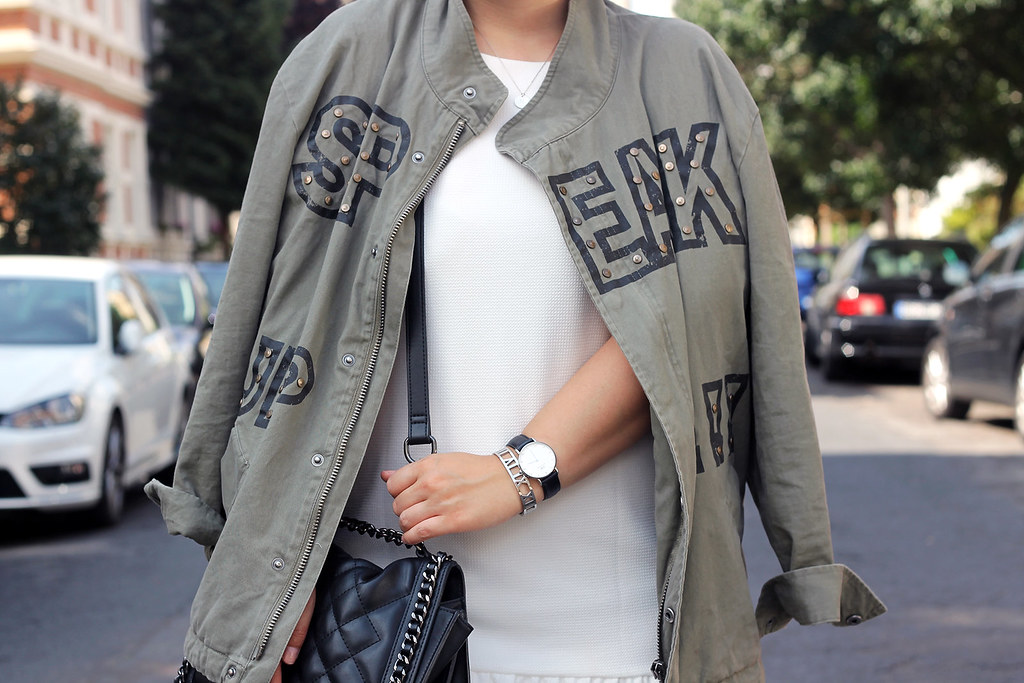 outfit-zara-jacke-military-trend-sommer-look-fashionblog-modeblog-kleid-weiß-boots6