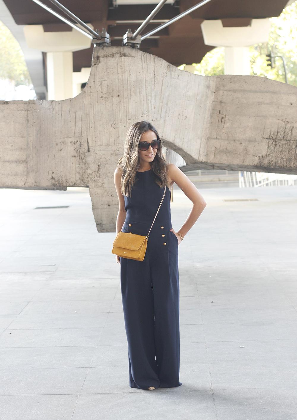 blue jumpsuit with goldden buttons mustard bag uterqüe nude heels07