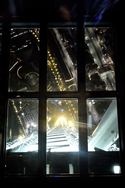 スカイツリー展望台のガラス床から下をのぞいた写真