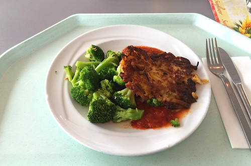 Zucchini pancakes with broccoli & tomato sauce / Zucchinipuffer mit Broccoli & Tomatensauce