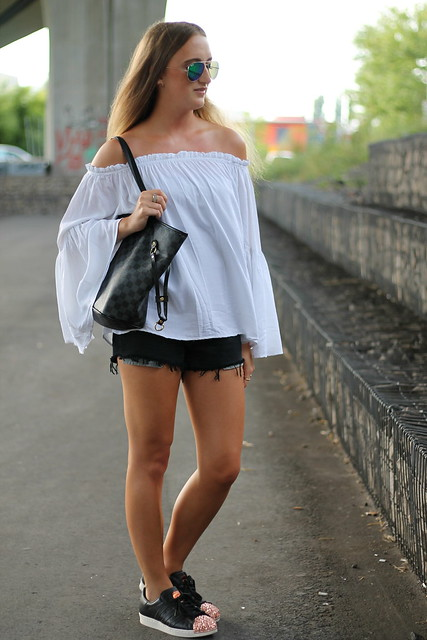 off-shoulder-and-sneakers-whole-look-wmbg