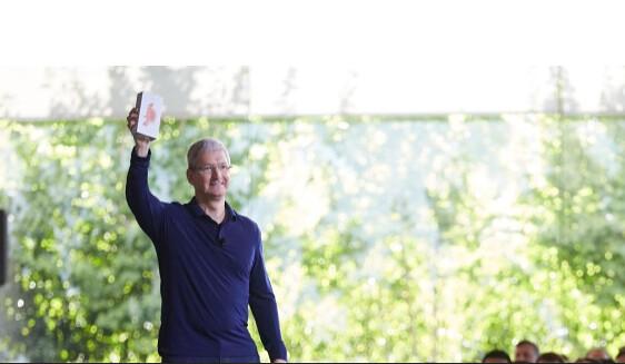 1 milliárdodik iPhone TIm Cook kezében