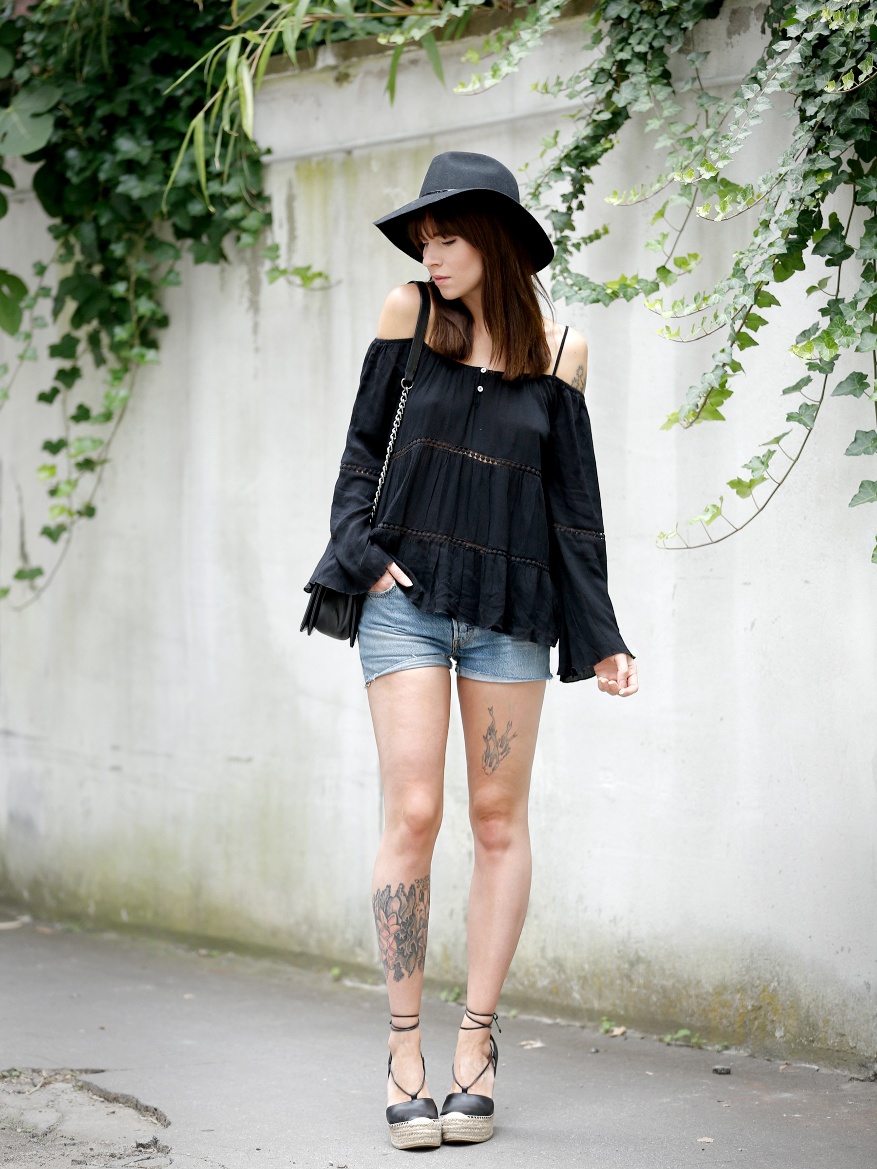 ootd outfit look lookbook levi'sw shorts denim off shoulder hippie black look ysl espadrilles chanel le boy bag fashionblogger germany modeblogger deutschland berlin style bloggers cats & dogs outfitblog ricarda schernus styling blogger 1