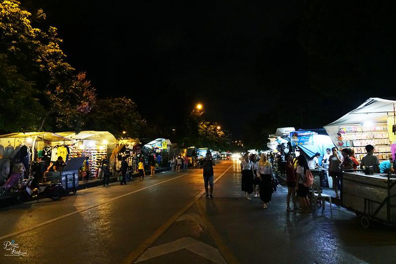 saphan phut night market street