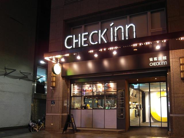 夜裡的招牌燈,像是一支鑲滿水鑽的髮夾@雀客旅館CHECK INN