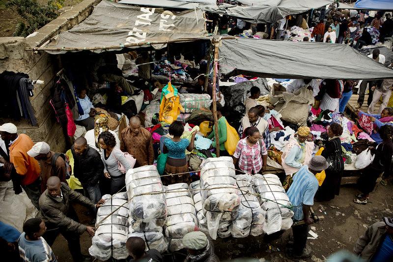 """肯亞首都奈洛比(Nairobi)的二手衣市集。(攝影:<a href=""""http://www.npr.org/sections/money/2013/12/10/247362140/the-afterlife-of-american-clothes"""">Sarah Elliott for NPR</a>)"""