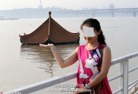 武漢水没笑顔の女性